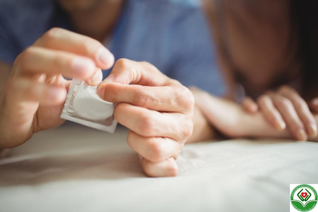 Sử dụng bao cao su khi quan hệ giúp phòng tránh bệnh sùi mào gà và các bệnh xã hội khác