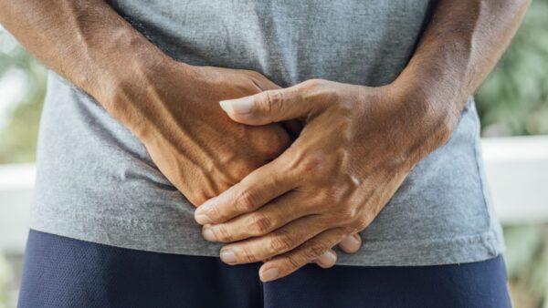 Đau bụng dưới là một trong những triệu chứng của bệnh viêm tuyến tiền liệt