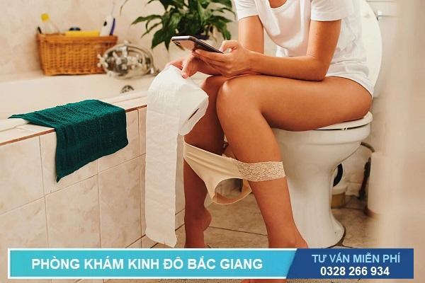Ngồi vệ sinh quá lâu cũng tăng khả năng mắc bệnh trĩ