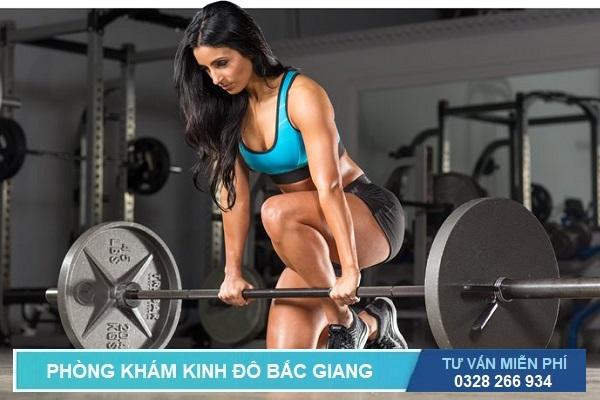 Nâng vật nặng như nâng tạ trong tập gym cũng là một nguyên nhân dễ gây bệnh trĩ