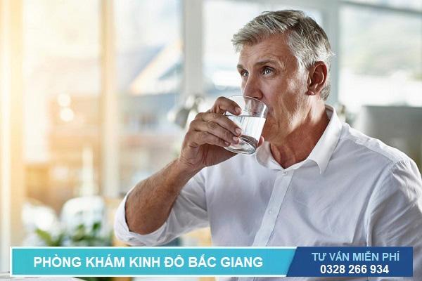 Uống nhiều nước là cách phòng ngừa bệnh nhiễm trùng đường tiểu ở nam giới