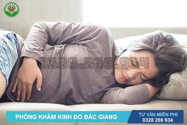Đau bụng là một trong những triệu chứng của lạc nội mạc tử cung